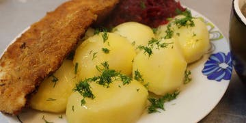 Ziemniaki, surówka (lub buraki) ryba (karp, mirunia)