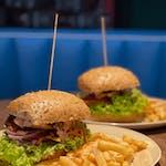 4. Danie Fit!:  Burger Fit  z  filetem drobiowym oraz bułką pełnoziarnistą, warzywami, relishem z cebuli  oraz sosem koktajlowo jogurtowym, podawany z frytkami