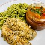 4. Danie Fit!:  Grillowany filet z kurczaka na  blanszowanym szpinaku z odrobiną śmietanki, makaronem razowym w czerwonym pesto z suszonymi pomidorami