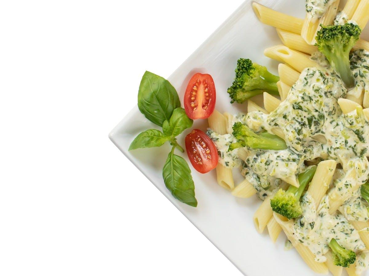 Penne  w sosie śmietanowym z brokułami,szpinakiem i serem pleśniowym