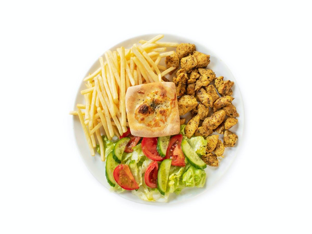 1. Shoarma drobiowa z frytkami lub ziemniaczkami zapiekanymi i sałatką ze świeżych warzyw