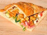 Kebab w bułce C - kawałki piersi z kurczaka z grilla w bułce z sosem czosnkowym, sałatka pekińska, pomidor,cebulka czerwona