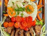 Marynowane żeberka z jajkiem i batatami - długo pieczone i grillowane w naszej autorskie marynacie na bazie PORTO.  Żeberka podajemy na sałacie z vinegrette, batatami i jajkami sadzonymi. Całość opruszona jest kolorowym pieprzem i szczypiorkiem.