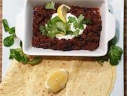 NOWOŚĆ - Chilli con carne -Meksykańska potrawa na bazie mięsa wołowego, czarnej fasoli i pomidorów. Chilli serwujemy z kukurydzianymi grillowanymi plackami, kwaśną śmietaną, cytryną i świeżą kolendrą.
