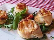 Bułeczki na ostro z włoskim salami spianata piccante, chilli i serem mozzarella