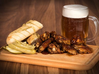 700g: Grilovaná kuřecí křídýlka v barbecue omáčce ,rozpečená bylinková bagetka,nakládaná zelenina