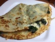 Naleśnik ze szpinakiem, serem feta i oliwkami