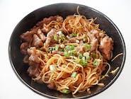 Noodles de orez cu legume și vită