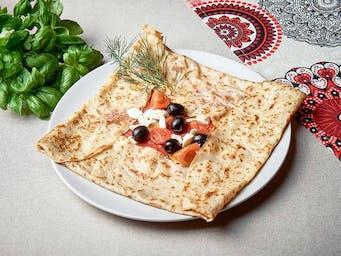 Naleśnik z salami, fetą, oliwkami i pomidorkami
