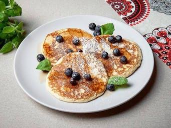 Pancakes z borówkami i syropem klonowym