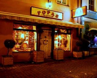 Widok nocą na restaurację POPAS od strony ulicy Mirowskiej.
