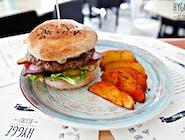 Burger wołowy z domowym sosem majonezowym, pomidorem, ogórkiem, sałatą, cebulą  i frytkami belgijskimi