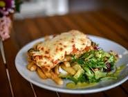 Grillowana pierś z kurczaka pod pesto z bazylii i pomidorem zapiekana pod serem mozzarella