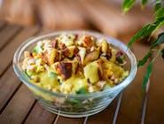 Z kurczakiem - mix sałat, kurczak, pomidor, ogórek, papryka, kukurydza, grzanki, słonecznik, dressing musztardowy