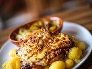 Grillowana pierś z kurczaka z boczkiem, pomidorem, prażoną cebulką i sosem BBQ, zapiekana pod serem mozzarella