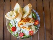 Sałatka z grillowanym serem halloumi, warzywami, mixem sałat i dressingiem jogurto-ziołowym z bagietką czosnkową