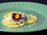 Ravioli z białym serem, gorgonzolą i szpinakiem (2 szt) w towarzystwie jadalnego liścia kwiatów
