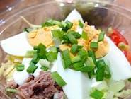 Sałatka z tuńczykiem (pekińska, jajko, por, ser, majonez, tuńczyk)