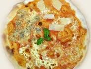 25. Quattro formaggi (sos czerwony)