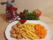 Nuggesty z frytkami i surówką z marchewki