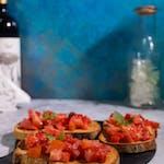 Bruschete cu roșii, usturoi și busuioc