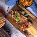 Cotlet de porc tomahawk cu cartofi