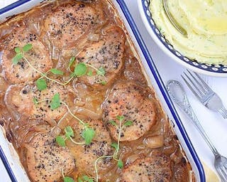Bitki wieprzowe w sosie własnym z ziemniakami i zestawem surówek.