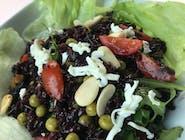 Sałatka z czarnym ryżem, zielonym groszkiem, pomidorkami i prażonymi migdałami