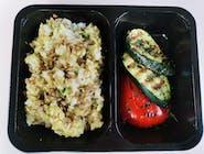 Ryż z brokułowym pesto, grillowaną papryką i cukinią