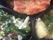 Pierś kurczaka panierowana , ziemniaki z koperkiem , surówka