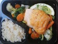 Łosoś smażony na bukiecie warzyw z ryżem