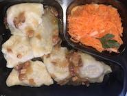 Pierogi z kapustą i grzybami ( 6szt)z zasmażką , surówka