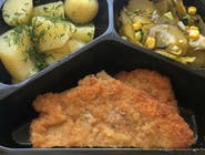 Pierś z kurczaka panierowana , ziemniaki z koperkiem ,surówka