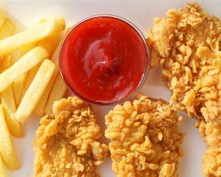 Kawałki kurczaka w złocistej panierce