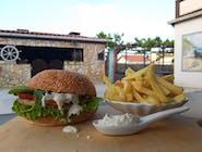 Riblji burger s prženim krumpirićima