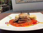 Tuna u umaku od rajčice s maslinama i palentom