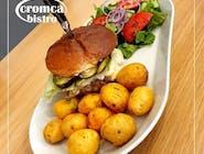 hamburger z pieczonymi ziemniakami i sałatką