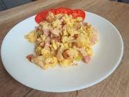 Jajecznica z boczkiem i cebulą