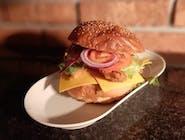 Hamburger z pieczonymi ziemniakami i sałatką lodową