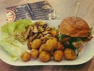 chicken burger z pieczonymi ziemniakami i pieczarkami