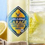 """Piwo Garage Hard Lemon butelka 0,4l, cena 9zł, dostępne tylko na miejscu w lokalu. Orzeźwiające piwo o smaku """"hardo"""" wyciśniętej cytryny."""