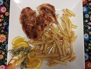 Pierś z kurczaka grillowana z frytkami i surówką