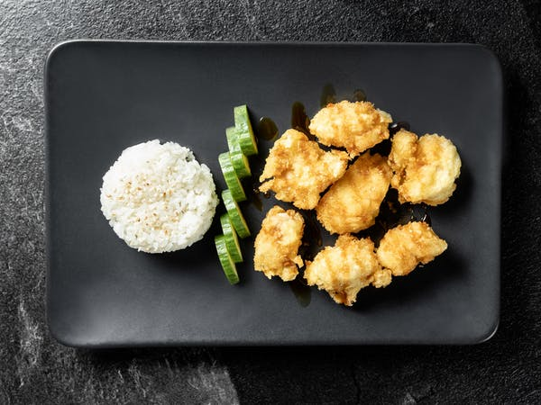 Kurczak w panko z ryżem i ogórkiem