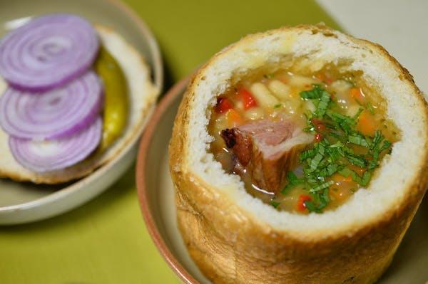 Ciorbă de fasole cu afumătură în pâine