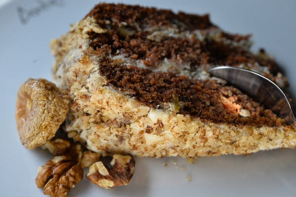 Tort de morcovi cu nuci și cremă mascarpone