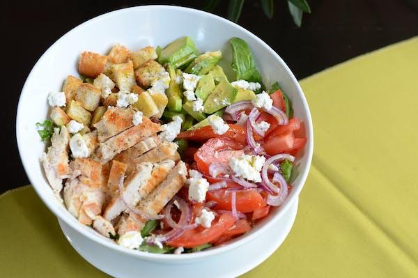 Salată cu piept de pui și avocado