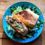 Olbrzymia pyszna rolada z falafelem, kiszonkami, swieżymi warzywami, lekko pikantnym 🔥🌶 sosem czosnkowym.