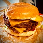 Smash sunflover burger w zestawie z frytkami i coleslawem