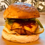 Asteriks - burger w zestawie z frytkami belgijskimi i sałatką coleslaw