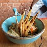 Hummus z marynowaną cieciorką, natką pietruszki i focaccią